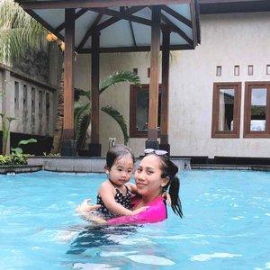 Olahraga bersama Si Kecil? Kenapa tidak? Berenang, salah satu kegiatan yang kami lakukan bersama. Mempererat ikatan dengan si kecil sekaligus olahraga. Kalau kamu, sudah olahraga belum hari ini?? Mom's Swimsuit: Speedo Nath's : Zara kids #sport #swimming