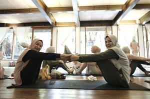 Yoga bareng uni Ria Miranda dalam acara launching produk Ria Miranda Activ.  Terima kasih bundo Ola udah jadi partner yoga hari ini 😙