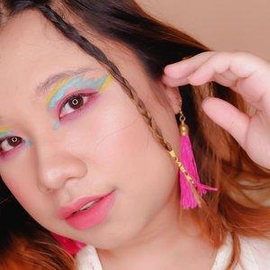 #Repost from Clozetter @reginapitupulu.  Masih dalam rangka main eyeshadow rasa cat air 🐸 Tetep garisnya ga bisa super rapi dan nyata warnannya tapi, udahlah aku suka aja 😂 Pingin mainan lagi lagi lagi tapi, masih bingung apa lagi yak modelannya? Masi ada stok 1 lagi neh, jangan bosen liatnya yak 🐸 .  .  #reginapittutorial #reginapitcom #bvlogger #bvloggerid #indobeauautygram #Clozetteid #bloggermafia #sbybeautyblogger #beautiesquad #indovidgram #indovlogger #batak #bataknese #beautybloggerindonesia #pinterestindonesia #pinterestmakeup