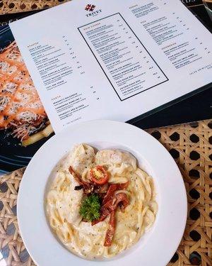 🍝 Carbonara Dumpling by @trivet_kitchen 🥟 .  Yummy, Lezattss, Delicious! .  Bisa dibilang, ini salah satu spaghetti carbonara favoritku di Semarang. Unik banget menu carbonara di @trivet_kitchen karena spaghetti nya dipadukan dengan dumpling (jenis dimsum), trus ada slice of beef & mushroom 🤤 .  Cuma dengan harga 39ribu (belum termasuk ppn) sudah bisa menikmati spaghetti carbonara plus dumpling yang seenak ini, porsinya juga mayan banyak kok, jadi puas dan senang deh pasti. Geser aja ke foto kedua buat detail isinya, hayo makin ngilerr ga? ❤️ .  Aku mau kasi tahu juga nih, @trivet_kitchen punya menu rice box yang variasi nya banyak dan bisa dipesan via delivery (free ongkir minimal order 100rb) & @nineyards.smg @kofihauz lagi ada promo lainnya jugakk!! Info selengkapnya, bisa langsung cek ig mereka aja ya ✨ .  Fyi aja, selama PPKM @trivet_kitchen & @nineyards.smg selain bisa take away dan delivery, mereka juga melayani drive thru loh! Kalian tinggal datang aja, trus parkir mobil disana nanti mereka yg bakal datangin kalian buat terima order dan kasi pesanan ke mobil kalian 🚗 .  #AforAlinda #Alindaaa29 #Alinda @clozetteid #ClozetteID #makanansemarang #restosemarang #menusemarang #takeaway #delivery #drivethru #ppkmsemarang #blessing #dirumahaja #jalani_nikmati_syukuri #rezekigakketuker #blessedyear #VloggerSemarang #BloggerSemarang