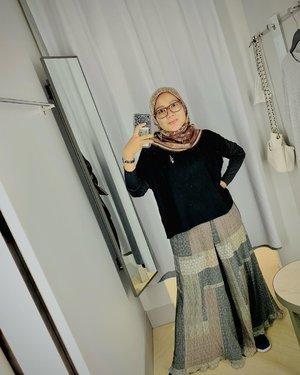 #Repost from Clozetter @sridevi_sdr.   #ootd tap for details 😝  Ga nyangka ternyata pake #LocalBrand kesayangan semua 🥰🥰🥰  👜 Bag @mora.aesthetic  👚 blouse @shopatvelvet 👚 Inner @heylocal.id  🧕🏻 Scarf @wearingklamby x @hamidahrachmayanti  👖 Kulot @heaven_lights x @megaiskanti  Brooch @wearingklamby   - #clozette #clozetteid #hijabootd #hijabootdindo #lb #like #fff