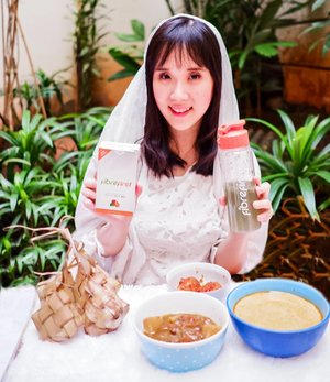 BEKAL SERAT LEBARAN SEHAT❤ Selamat hari Raya Idul Fitri buat temen2 yg merayakan❤ Banyak hidangan enak nih selama hari raya Lebaran yg umumnya berlemak dan berkolestrol. Banyak dari kita yg ga sadar telah mengonsumsi makanan berlemak secara berlebih sehingga dapat menimbulkan berbagai pemyakit seperti hipertensi kolestrol tinggi, dan diabetes. .......... Penting banget nih untuk menjaga asupan nutrisi, terutama serat apalagi buat menjaga kestabilan kadar gula darah, membantu menurunkan kolestrol, dan mengurangi risiko penyakit jantung. Karena aku jarang makan buah sayur yg cukup, pencernaanku kurang bagus. Makanya aku mengonsumsi FibreFirst untuk memenuhi kebutuhan serat harianku, bikin PENCERNAAN SEHAT, IMUNITAS KUAT! . Selalu sedia BEKAL SERAT LEBARAN SEHAT dengan mengonsumsi FibreFirst setelah makan malam 1 jam sebelum tidur agar besok paginya terbuang sempurna. . FibreFirst dibuat dari bahan alami, HALAL, dan sudah terdaftar di BPOM. So, pastinya aman dikonsumsi ya.  . @fibrefirst Www.Fibre-first.com FB :fibrefirst . #BekalSeratPuasaSehat #DailyDetox #Fibrefirst #SehatnyaSerat #healthylife #bukber #ramadhan #ramadan