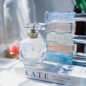 @thelivingpotion parfume ini terlalu cantik untuk disimpan sendiri, jadi postingan kali ini judulnya mau pamer parfume yg botolnya bagus banget 👌🏻🤣  Well, selain bagus botolnya ya parfume ini udah BPOM & Halal Certified loh ya  Mereka punya 12 pilihan aroma, galau banget pas mau pilih aroma yg mana karena milih online takut enggak cocok gitu loh. Tapi setelah liat di instagram mereka detail nya, akhirnya gue memilih fragrances yg familiar sama hidung sensitive gue ini: ✨Jardin - a scent from Gucci Floral ✨Reves - a scent from Penhaligon Empressa ✨Mademoiselle - a scent from Chanel Chance  ✨Jacinthe - a scent from Jo Malone Wild Bluebell  ✨Esmee - a scent from Gucci Bloom ✨Chloe - a scent from Chloe L'eau  Perfume mereka sendiri tersedia 2 ukuran, 50ml dan 20ml (travel size). Dengan packaging sebagus itu juga harganya untuk yg 50ml itu 135k dan 20ml 59k, good deal!  Ketahanan nya gimana? Kemarin sih gue coba pake seharian ya kalau yg gue semprot di kulit itu tahan 3-4jam ya, kalau yg di baju tahan lebih lama sekitar 5-6jam gitu  Untuk daily use menurut gue udah cukup banget kok, the scents really uplift my mood ❤️✨  #clozetteid