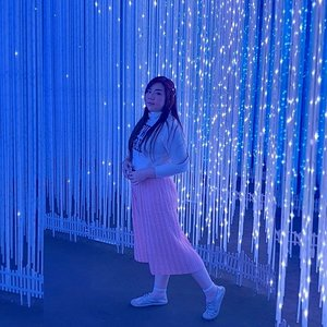 #Repost from Clozetter @Mgirl83.   My fave photo spot at @milenialglowgarden but also probably one of the hardest to photograph because the lights keeps on changing colors fast 😅. Things gets harder because it's still pandemic so i'm obviously self conscious about taking pics coz i gotta do it fast because i don't want to be near other people without mask on!!!  Anyway, i decided to commemorate the struggle we endured to get the pic that i kinda like with the color that i want (first pic, obviously) by featuring all the other light colors hubby snapped *LOL*, you can see i was holding my pose for a while, at least for a few cycle of the lights swapping colors 🤣.  I also love the candid one (last one) one he took when i wasn't aware and was waiting for the blue to come, i looked like a stone elf (from Frozen!) and i love it LOL. I also realized that i probably gonna act like a 5 year old until i'm 100.  #BeauteFemmeCommunity #SbyBeautyBlogger #clozetteid  #travel #pinkjalanjalan #pinkinbatu #millenialglowgardenmalang #millenialglowgarden