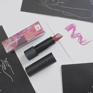 Classic Bullet Lipstick with Sleek & Modern Sturdy Packaging @moonshot_idn @moonshot_korea Lip Feat M113 Vintage Wine 🍷  Lipstick dari moonshot ini finishingnya bisa aku bilang matte, tapi gak yang dead matte banget.  Pengaplikasiannya gak se-smooth kalau kita pakai creamy lipstick, tapi masih dalam kategori OK. Cukup pigmented juga untuk ukuran lipstick (ga bisa dibandingin sama lipcream), tapi kalau kamu punya bibir yang pinggirnya hitam lebih baik di conceal dulu.  Bentuk tipnya yang unik ada 2 sisi, yang pipih bisa dipakai buat cover area yang lebih besar, sementara yang agak runcing bisa buat tepi bibir supaya lebih rapih.  Aku suka banget design packagingnya, kokoh, sturdy, dan sleek banget. Lipstick mahal emang beda 🤣  Oh iya, M113 ini tuh warnanya kalau diswatch jatuhnya muda, tapi kalau dipakai di bibir jadi agak dark. Totalnya semua ada 16 shade.  Stay tune ya nanti aku upload foto pemakaian semua produk moonshot termasuk Lip Feat ini.  Belinya seperti biasa di Charis Shop akyuu (Pre-Order) https://hicharis.net/annisapertiwi/1yCk  #LipFeat #moonshot #charisceleb #charis @hicharis_official @charis_celeb #koreanbeauty #kbeauty #beautyenthusiast #makeupreview