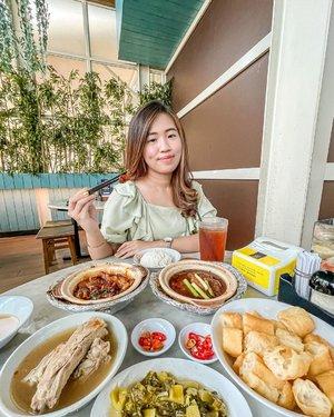 #Repost from Clozetter @liviechen.   happy banget @songfajakarta dah bisa dine in lagi & pastinya mrka jga tetap ngikutin protokol yg ada, jdi kalian ga perlu khawatir 😁😁  klo soal rasa, ga perlu diraguin lagi ! sesuka itu sama smua menu2 mereka, mulai dari Pork Ribs Soup, Spicy Pork Belly sampe cakwe pun semuanya enakkk 👍🏻👍🏻  and good news for u guys, skrg @songfajakarta juga punya menu baru yaitu 'Claypot Pork Tenderloin' dagingnyaa empukkk bangettt & bumbunya bener2 meresap, fix bakal jadi menu andalanku pas makan lagi di songfa 😍😍  #songfajakarta #gfculinarygroup