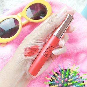 .. Racun lipstick seperti nggak ada habisnya deh beb, bibirnya satu, lipsticknya sekarung. Hayooo siapa yang gitu jugaaa? .. Kali ini aku nyobain Lipstick asal Korea Selatan punya nya @kisy0729, namanya @milktouch_official .. Aku coba yang warna merah dan ini cantik banget soh warnanyaa, bikin muka keliatan fresh banget. Dan sekarang, ku jadi kepo banget sama cushionnya mereka 💛 .. Btw, buat kamu yang mau beli bisa langsung beli di @hicharis_official yess, linknya di bawah ini .. Everyday Fitting Lip Pencil https://hicharis.net/deemiiaa/Kur 🌈 Shade  Berry Red 🦄 Price IDR 114.000 .. #Milktouch #EverydayFittingLipPencil #CHARIS #hicharis@hicharis_official @charis_celeb @charis_indonesia #demiaforcharis #clozetteid