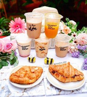 Ngopi ala cafe di rumah aja? Bisa dong! Order aja di @inikopiulon.jkt karena lagi ada diskon 50% di ShopeeFood. Kalian juga bisa order di GoFood, GrabFood, dan Tokopedia. Kopi di si i tuh beda dari yg lainnya karena lebih legit, kental, dna creamy, sesuai taglinenya #sumpahGAKENCER #YAKALIENCER  Gw cobain 5 minumannya dna 2 croissant: • Kopi teman ulon :signature drinj, berasa kopinya! • Biscoff n cream :favorit gw krn creamy dan legit • Milo frappe :berasa milonya nih. • Kunyit jeruk squash :sparkling drink gt dan fresh! • Strawberry yogurt :ada potongan buah di dalamnya dna yoghurtnya juga creamy • Croissant almond :harum butter dan crunchy • Croissant nutella :harum, crunchy dan leleh nutellanya abis dipanasin. Buat yg mau ngopi ala cafe, lokasinya ada di seberang Binus Syahdan. Melayani takeaway selama PPKM. Met ngopi 👌 #kopi #coffeesesh #coffee #ppkm #brewing #kopikental #kopijakarta #sisyeatingdiary