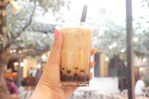. [#JajanAlaDemia] @deemiiaa .. Hari ini ngafe bareng @kulineraddictbdg dan @makanterus1453 di @lacameracoffee, maaci looh tips tips nya 🙈🙉🙊 .. 🍹 Bubbalaca Coffee 💰 IDR 29k ✨ 4/5 .. 🏠 @lacameracoffee 📍 Naripan No.99 Bandung 🌏 www.lacameracoffee.com .. #kulinerbandung #cafeinstagramablebandung #cafebandung #coffeeaddict #coffeeshop #foodvloggerbandung #FoodBloggerBandung