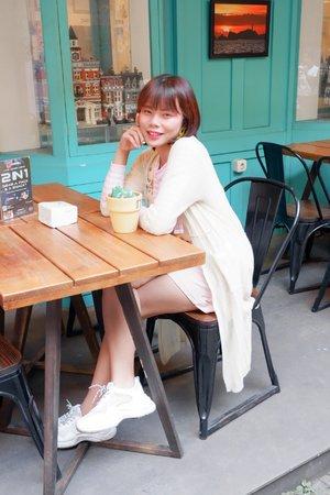..[#JajanAlaDemia] @deemiiaa..[#DemiasLook]..Cafe jaman sekarang itu emang ga afdol kalo ga punya spot yang instagramable ya beb, kalo aku probadi lebih seneng dateng ke cafe yang selain makanannya enak, tempaynya nyaman, juga ada spot buat fotonya, biar bisa di share juga di Instagram gitu kan yaaa hihi..Ini nih salah satu cafe di Bandung yang menurut aku punya spot yang lumayan kece beb, warnanya gemes kaaaan? Pink dan tosca gini..Disana nggak cuma bisa mamam enak yang sambelnya juara, buat kamu pecinta kopi juga bisa looh pesen kopi ke @setangkaikopi..🏠 @blockchain.cafe📍 Jalan Kamuning No.8A⌚ 10 am - 10 pm..📸 @vebbyfbrr_ & @deamutiaraaa..#cafebandung #cafeinstagramablebandung #FoodBloggerBandung #foodvloggerbandung #foodblogger #bloggerbandung #clozetteid
