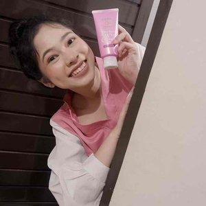 Facial wash with collagen. It's good for anti aging. Senka Collagen-in.  Gabikin kulit kering juga sister dan lembap setelah cuci muka