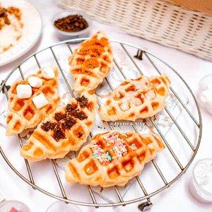 SWEET CROFFLE ENAK ✔ Seneng banget bisa cobain croffle enak dari @mrp_ricebox dan banyak rasa 😍😍 Kenapa aku blg enak? Soalnya walaupun dikirim, luarnya masih crunchy, dalemnya soft dan harum butter. Toppingnya macem2 tinggal pilih mau apa, mulai dari marshmellow, lotus biscoff, oreo, sprinkle, caramel, chocolate, chocho crunch, tiramisu ❤ Crofflenya enak banget! Me ❤ it ! Selain croffle, ada juga Bulgogi rice yg enak. Saus bulgoginya manis gurih gitu. So yummy! Buat yg penasaran bisa langsung ke outlet @mrp_ricebox ! . Must try! @mrp_ricebox GoFood:Mr P Rice Box . #croffle #yummycroffle #bulgogirice #ricebox #cemilanenak #makanenak