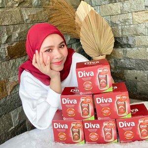 𝓓𝓲𝓿𝓪 𝓑𝓮𝓪𝓾𝓽𝔂 𝓓𝓻𝓲𝓷𝓴 merupakan minuman kecantikan pertama di Indonesia dengan kandungan kolagen aktif.  Kulit sehat dan cantik alami bisa dengan mudah kamu dapatkan bila rutin mengonsumsi minuman ini 2 x sehari.  Mengapa? Hal ini dikarenakan Diva Beauty Drink memiliki kandungan utama loh  1000 mg Collagen Active. Kolagen di dalam Diva Beauty Drink berasal dari bagian terbaik ikan di Prancis, di mana memiliki struktur dan komposisi yang paling mirip dengan kolagen pada kulit. Dengan partikel kecil, kandungan kolagen pada Diva Beauty Drink akan mudah diserap, dan menghasilkan kulit yang halus, kencang, bebas kerutan, dan membuat Anda cantik alami.   Super Fruits. Pomegranate, Acai, Acerola, dan Grape seed (biji anggur) yang kaya akan antioksidan dan nutrisi lainnya yang membuat kulit Anda cantik alami. Kandungan dari superfruits ini akan melindungi kulit dari radikal bebas, dan mencegah timbulnya noda hitam pada kulit. Tinggi Vitamin E. Mempercepat pertumbuhan sel kulit baru.  Happy banget aku dapet giveaway @divabeautyid yg banyak manfaatnya untuk tubuhku ini dari @clozetteid bisa buat stock sebulan nih 🥰