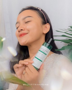 #Repost from Clozette Ambassador @sucifitriaapriani.  Unbelievable!!!  I have been using Some By Mi AHA-BHA-PHA 30 Days Miracle Toner for 2 weeks and it's a really great toner that I will continue to use..  This Toner contains 10,000ppm of genuine tea tree essence which is claimed to soothe skin irritation, control sebum, gently exfoliate dead skin cells, fight acne, wrinkle improvement and maintain skin moisture..  I have sensitive combination skin and this product did not irritate my skin. it has a watery formula, absorbs quickly and not sticky. And i love the minty scent which is refreshing and calming at the same time..  I didn't have any serious skin problems, just some stubborn acne scars and excess oil which was quite annoying. But now my skin feels so clear, healthier, the texture is getting smooth, hydrated and more radiant than before..  I also use AHA BHA PHA 30 Days Miracle Cream after using this toner for optimal results..  Where to buy  👉🏻 @somebymi.official_id  👉🏻 https://shp.ee/yggmz3j  #somebymiindonesia #reviewsomebymiindonesia #somebymimiracle #blogger #beautyblogger #beautybloggerindonesia #indobeautygram #indobeautyblogger #beautygram #indobeautygram #instabeauty #koreanskincare #hometownchachacha #hongbanjang #kimseonho #skincare #clozette #clozetteid #photooftheday #photography #miracle #beautyinfluencer