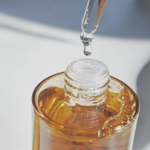 #TextureTuesday @skin1004_korea @skin1004_indonesia Madagascar Centella Ampoule shoot on #GoldenHour 💕  Jujurly baru kali ini coba ampoule yang hits banget ini. Menariknya, produk ini cuma mengandung 1 ingredient aja lho, 100% Centella Asiatica Extract!  Teksturnya juga beda sama serum/ampoule lainnya, super lightweight & watery. No fragrance and no colorant. Jadinya memang berasa kayak netesin air aja di kulit.  Ampoule ini works banget untuk beberapa red spot di kulit aku. Selain itu, cocok banget buat dilayer berbagai macam skincare lainnya di atasnya. Isinya juga banyak banget (100ml) pasti awet deh.  Kalian udah pernah coba juga ampoulenya SKIN1004 ini belum? Kalau belum, preorder dulu yuk di Charis Shop aku, authentic from Korea tapi pakai local shipping lho 🥰  Madagascar Centella Ampoule 100ml (Pre-Order) https://hicharis.net/annisapertiwi/1DjH  #CHARIS #hicharis @hicharis_official @charis_celeb #charisceleb #koreanbeauty #koreanskincare #skincarereview #skincarereviewer #beautybloggerindonesia #beautyenthusiastindonesia #skincareblogger #skin1004 #skin1004madagascarcentellaampoule