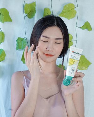 "#Repost from Clozette Ambassador @amandatorquise  Calling out acne fighters!! Punya masalah jerawat emg gak enak dan bikin gak pd. Lately manda lagi coba pakai Himalaya Neem Series dari @Himalayaherbalsindo ( Himalaya Purifying Neem Mask & Himalaya Purifying Face Wash ) Terdiri dari bahan alami, yaitu daun Mimba (Neem) dan Kunyit yang baik untuk melawan bakteri penyebab jerawat secara efektif.   🌱 Himalaya Purifying Neem Mask Wanginya herbal, texturenya seperti tanah liat. Ada sensasi menggelitik saat di pakai di wajah dan itu normal. Setelah pemakaian kulit jadi smooth terus pori-pori berasa lebih kecil.   Cara pemakaiannya mudah : Setelah di aplikasikan tunggu 10 mnit ( bakalan mengeras ) lalu bilas dengan air dingin. Rekomen buat di pakai 2x seminggu. Biasanya manda pakai di malam hari.   🌱 Himalaya Purifying Face Wash Punya texture seperti gel, berwarna hijau terang dan punya wangi yang refreshing! Personally manda sukak banget sama wanginya. Biasanya pakai pagi dan malam hari sebelum skincarean (soalnya ga kmn""), kalau keluar rumah dan balik ke rumah pasti cuci muka juga. Biar ga ada kotoran yg menempel di wajah yang jadi salah satu penyebab jerawat.   Salut deh selain terbuat dari bahan- bahan alami. Produknya Himalaya ini Cruelty free ✅   Harga terjangkau ( Mulai dari 24ribuan) ✅ Avail 50ml dan 100ml Produknya tersedia di Alfamart, Indomaret, Watsons, dan Himalaya Official Store di Shopee dan Lazada.   #HimalayaHerbalsIndonesia #AlamiHidup #AlamiLawanJerawat #HimalayaNeemMask #NeemFaceWash #GoWithnNature #Clozetteid"