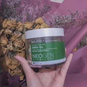 Exfoliator neogen yang green tea. Dikhususin buat jerawat. Bagus ! Tapi efeknya tidak begitu signifikan sih dikulitku. Cuman buat mengangkat sel kulit mati dan kulit lebih bersih halus, oke lah!!