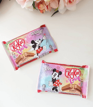Menyambut Valentine bulan Februari nanti, Kit Kat mengeluarkan kemasan lucu dan menggemaskan dengan gambar Mickey dan Minnie Mouse. Varian  dengan rasa Strawberry ini bisa ditemukan salah satunya di minimarket terdekat 😘