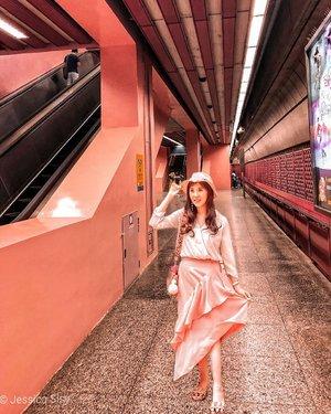 Virtual traveling ke Singapore yuk! Skaing PPKM gabisa kemana2 dan foto di luar takut banget lepas masker. Stay safe❤#redhill #MRTsingapore #singapore #pinkstagram #tutorialeditfoto
