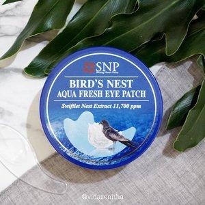 Udah kenal Bird's Nest Aqua Fresh Eye Patch? Dengan kandungan Swiftlet Nest Extract, eye patch ini mengklaim dapat memberikan kelembapan dan merawat elastisitas kulit area sekitar mata. 🐦 Didominasi warna biru pada box dan jar-nya, di dalam box sudah tersedia spatula untuk mengambil eye patch sehingga kehigienisan produk tetap bisa terjaga. FYI, produk ini sudah resmi didistribusikan di Indonesia terbukti dengan adanya Nomor BPOM pada kemasan! Dalam 1 jar terdapat 30 pasang eye patch. 🐦 Seperti biasa, review lengkapnya baca langsung di vidazenitha.com ya. . . #eyepatchSNP #snpskincare #koreanskincare #skincareroutine #swiftletnest #shiningnaturepurity #snpkorea #beautiesquad #clozetteID #kbbvmember #jogjabloggirls #malangbeautyblogger #bloggerperempuan #indonesianhijabblogger #instaskincarecommunity #skinessentials #bbloggers #emak2blogger #skincareobsessed #beautyreviews #beautyreviewer #productphotography