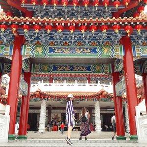 Thean Hou Temple terletak di bukit pusat kota Kuala Lumpur memiliki arsitektur yang cukup megah. Thean Hou Temple hanya bisa diakses kendaraan pribadi/ grab/ taxsi, dan tidak bisa transportasi umum. Kemaren Yonie dari KL Sentral menggunakan taxsi ke Thean Hou Temple, fare nya 8 RM. Untuk masuk ke sini free.Cerita lengkap on my blog keeyosk.blogspot.com #clozetteid@keeyosk 👚