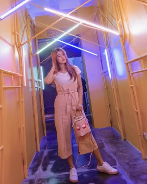 Pink colors head to toe in the middle of yellow colors room ❤️ T-shirt from @justiceindonesia  Playsuits from @avenueclothes  Bags from @zaloraid  Shoes from @hushpuppiesid  #meminebeauty #minefashionjourney #clozetteid #zaloraindonesia #zaloraid