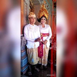 """Bali, 26 April 2019 • • """"Dari mereka aku belajar, bahwa... cinta itu harus diperjuangkan, menunggu pun butuh keberanian dan bertahan juga perlu banyak bersabar"""" - #poemfa • • Sekali lagi, selamat menempuh hidup baru, Cak Roni &  Mbak Tari 💑 • • #heizyi #clozetteid #pengantinbali #balineseculture #HeizyiFamily #TabunganKenangan"""