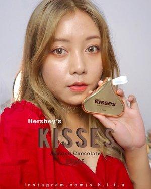🌰𝑬𝒕𝒖𝒅𝒆 𝑷𝒍𝒂𝒚 𝑪𝒐𝒍𝒐𝒓 𝑬𝒚𝒆𝒔 𝑯𝒆𝒓𝒔𝒉𝒆𝒚'𝒔 𝑲𝒊𝒔𝒔𝒆𝒔 #𝑨𝒍𝒎𝒐𝒏𝒅𝑪𝒉𝒐𝒄𝒐𝒍𝒂𝒕𝒆🌰  Makeup junkies terutama yang ngikutin Korean brand pasti tau kalo Etude di 2021 ini kolaborasi lagi sama Hershey's (iya lagi, karena 2020 mereka juga pernah kolaborasi)  Aku sendiri sebagai bucin packaging unyu-unyu excited banget sama produk ini!  Packagingnya dibanding dengan tahun lalu yang kotak biasa aja, tahun ini lebih kyooot! Mirip coklat Hershey's banget! Bedanya eyepalette kali ini isinya hanya 4 warna aja huhu yaudah gapapa sebagai ganti packaging yang lucu…  Nah shade #AlmondChocolate ini warnanya lebih brown-orange yang lebih dark. Ada 4 shadow terdiri dari matte, shimmer, matte+sedikit glitter dan glitter yang kecil-kecil. Kalau palette yang Almond Chocolate ini menurutku mirip dengan palette 2020 Hershey's Original.  Warna-warnanya yaitu : Flash! Sweet Energy (mini glitter) Sweet Like You (shimmer) Almond Time (matte) Gold Flake (matte + sedikit glitter)  Warnanya pigmented dan cocok banget buat semua warna kulit menurutku. Netral dan bisa dipakai untuk day look or night look! Menurutku palette ini bisa digunakan untuk pemula sekalipun karena lengkap dari matte-shimmer-glitter.  Where to buy? @nearndear.official @etudeofficial #nearndearxetude #nndofficial #nndxetude #etudexhersheys #hersheys #clozetters #clozetteid #etude #hersheys #koreanmakeup #makeup #startwithSBN