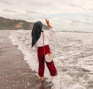 """""""yey akhirnya putri beraniii"""".Iyaa, setelah 3 pantai yang di datengin, akhirnya berani kena air:"""") ................#ootdhijab #ootd #ootdshare #hijaboutfit #inspiredphoto #womanmagz #womensfashion #beach #ootdbeach #styleideas #hijabinspiration #aboutalook #clozetteid #fashiondaily #stylegram"""