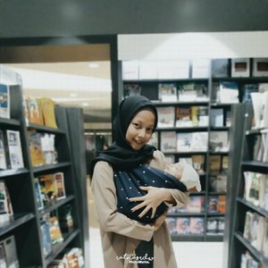 The first time ngajak baby dhavin hangout yaaa walaupun cuma ke bookstore🙊Geos by : @mybabypouch_official_________________________#StoryOfBabyDhavinGhifari #1months29days#ClozetteID
