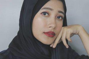 Lagi suka makeup bold yang engga heboh-heboh amat ala kpop idol makeup gitu. Di look kali ini aku pakai eyeshadow warna merah dengan glitter-glitter warna gold, red matte lips, plus eyeliner ala korea yang lagi jadi favorit banget belakangan ini.Look ini cocok buat malam hari atau bisa juga dipakai buat bukber bareng temen-temen bulan puasa besok!#ramadhancantikmaybelline #bdgbbramadhanlook #beautyhackathonlorealid#vsco #clozetteid