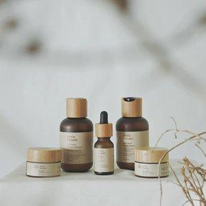 Kalian pecinta skincare lokal yang juga concern dengan lingkungan? @terrabeaute_ adalah pilihan yang cocok buat kamu!  Jadi packaging yang aesthetic ini bukan sekedar cakep aja tapi juga eco-friendly. Botolnya recyclable dan tutupnya terbuat dari bambu asli.  Oh iya, yang aku coba ini Radiance Package ya. Isinya ada 5 yaitu Radiance Facial Cleanser, Radiance Facial Toner, Aurum Serum, Daylight Radiance Cream, dan Moonlight Radiance Cream.  Semua teksturnya ringan dan nggak lenget. Aku suka banget soalnya emang aku suka produk yang ringan dan cepat menyerap.  Cleansernya bebas SLS, tonernya mengandung AHA yang gentle, krim malamnya include retinol & krim paginya sudah dilengkapi UVA UVB filter.  Sebenernya produk ini masih mengandung artificial fragrance, tapi wanginya tuh unik! Ada notes earthy & woody jadi sesuai sama konsepnya.  Review selengkapnya aku tulis nanti di blog ya gengs! #NurturingSincereBeauty #TerraBeaute #localskincare #localpride #vsco #clozetteid #JakartaBeautyBlogger #JBBxTerraBeaute #beautyblogger #beautyenthusiast #skincareblogger #skincareenthusiast