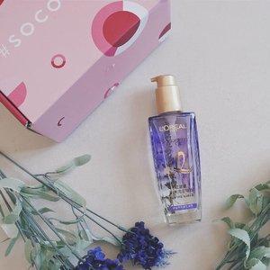 Got a #mysterybox from @sociolla poppin on my mailbox today!  Sebenernya aku udah pake @getthelookid L'Oreal Extraordinary Oil yang Pink buat sehari-hari, dan ternyata ada varian barunya Extraordinary Oil Floral gengs, salah satunya varian French Lavender ini 💐  First impression, gemes banget ada lavender aslinya di dalem botolnya. Wanginya juga smooth, kalem, dan elegan! Aku pake hair oil ini setelah keramas & rambut setengah kering, baru dilanjut dengan blow dry sebentar. Dari pemakaian pertama, hasilnya udah keliatan banget. Rambut jadi halus, lembut, dan wangi. Padahal aku cuma pake sampo aja nggak pake conditioner lho. Klaimnya sih wanginya tahan sampe 72 jam, tapi karena aku pakai hijab jadi nggak sampe selama itu lah ya.  Oh iya, harganya juga cuma Rp175.000 aja untuk 100ml. Aku biasa pake 2 pump setiap pemakaian (rambut aku panjangnya sebahu), jadi pasti bakalan awet deh. Belinya di Sociolla ya! Dapatkan juga tambahan diskon 50rb untuk minimal pembelian Rp250.000 dengan memasukkan voucher code SBNLAFSL sebelum checkout 😘  #socobox @beautyjournal #vsco #clozetteid #beautyenthusiast #beautyblogger #beautyenthusiastindonesia #beautybloggerindonesia #bandungbeautyblogger #beautiesquad #kbbvmember #sociollabloggernetwork #lorealparis #cleanflatlay #flatlay #minimalistflatlay