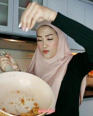 Monmaap jangan fokus kepanci gosong mak 🤣 Ini #HijabPalingAdem dari @zayanaorganic 🍀 Kalo hijab adem hati juga adem, gabakal ngomel-ngomel #DirumahAja 🤭.Organic First, Beautiful Always 💕#OrganicPalingBaik #HijabPalingSehat.Yang pernah bikin panci gosong angkat tangan! 🙋♀️🙈..#VideonyaJess #beauty #hijabstyle #hijabersbeautybvlogger #influencerwanita #hijabootd #clozetteid #fashion