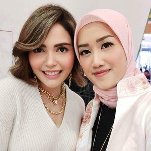 Happy akutuh in frame sama influencer gorjess 😍 thank you keseruannya hari ini kak @nadyanaufel udah bagi tips n triks seputar makeup. Gak bisa berpaling liatnya, bening beb, sungguh 😂 Sukses trus, ditunggu selalu karya-karyanya kak 💕 btw, ini full face pake @makeoverid loh beb 🥰 . . . #beautyclass #makeover #makeup #makeuptutorial #clozetteid #beauty #blogger #beautyblogger #indonesiabeautyblogger #beautybloggerindonesia #tampilcantik #storieid #qupas #qupasbeauty #makeuplooks #sunsetmakeuplook #makeupaddict #makeupjunkie #wakeupandmakeup #makeupoftheday #flawlessmakeup #koreanmakeup #makeuplooks #indobeautysquad #indobeautygram #indobeautyinfluencer #beautyinfluencer #indobeautygram #ivgbeauty