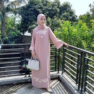 Happy Idul Adha 🤗Hari ini pakai gamis dari @daybydeen motif bunganya full embroidery, hijabnya udah 1set jadi gak pusing lagi buat matchingin, bahannya jatuh, cuttingannya jg pas banget dibadan, dan yg paling in luv itu warnanya, cantik 😍..#JessieMiniReview #blogger #beautybloggers #reviewgamis #embroidery #hijabbloggers #clozetteid #fashion
