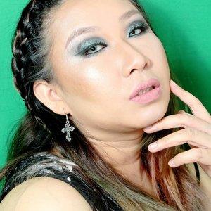 Kay, jd sbnrnya gw ga mau pake bekgron ijo ini...tapi hbs bikin video gw lupa ganti bekgron 😅 dan gw ga bisa pake photoshop. Jadi ya pasrah..Deets for Face :@maybelline Fit Me 210 @ran_cosmetic @lagirlindonesia La Pro Conceal.Deets for Brows & Eyes :@shuuemura Hard Formula @nyxcosmetics_indonesia eye base black @sugarpill Lumi applied using @mehronmakeup Mixing Liquid @juviasplace Eyeliner black @aiglowlashes Lashes..Blush @catrice.cosmetics Sun Glow Bronzer @beautycreations.cosmetics angel glow palette..Lipstick @nyxcosmetics_indonesia Lingerie lace detail + SMLC dubai..#hairmakeupdiary #makeuptutorialsx0x #linerandbrowsss #fakeupfix #dailygirlsfeed #universomakeup #stylevideo #videosfashions #makegirlz #wakeupandmakeup #hudabeauty #bretmansvanity #maquiagem #anastasiabeverlyhills #brian_champagne #hairofinstagram #makeupforbarbies #allmodernmakeup  #makeupartistsworldwide #fdbeauty #clozetteid #smokeyeyetutorial #muajakarta #muakelapagading #kbbvmember #bvloggerid #ibv #nyxcosmetics #sugarpill #rancosmetics