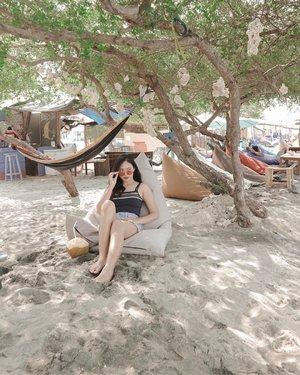 Aku, bean bag dan kelapa 🥥🥥🥥 Kamu nya masih aku simpen sampe Oktober 🤪 ⠀ #deniathlytravelling #clozetteid #lombok #gilitrawangan #holiday #gataulagimaungasihhashtagapa ⠀