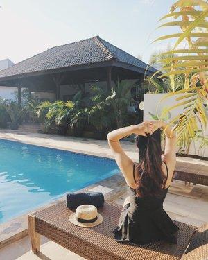 Katanya sih musim panas, tapi kok dingin? ...#clozetteid #deniathlytravelling #blogger #swimmingpool #fashionblogger #travelblogger #explorejogja #exploreyogyakarta #lacasajogja