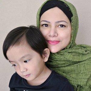 Saga lagi ga mau ditinggal pergi, jadi nempel terus 😘 . Hijab: @pusatkerudungimpor . #ClozetteID