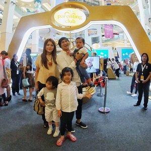 Hari ini kita datang ke 'Parenting Club Goes Live' event di Main Atrium Gandaria City karena pgn merasakan digital parenting experience pertama di Indonesia. . #ParentingClubID #ClozetteID