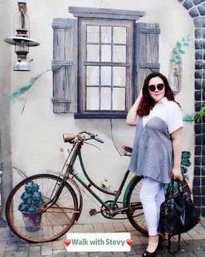 "Karena kehabisan ide mau pose apa di depan sepeda onthel yg ga mungkin juga kunaikin ya udaa posenya ganti jadi "" JuTik (Jukir Cantik) 😂😂😂...📸@matthewckck ...#lifeissosimple#travelwithstyle#visitmalang #malangguide #exploremalang#selfie#stevydiary#thanksgod#instagram#walkwithstevy#celebratemysize#plusmodelmag#lookbookindonesia#ootd#ootdindonesia#ootdasia#ootdindo#BalgaMags#ootdfashion#styleindo#ootdbigsizeindo #pmmlovemybody#iwearbigsissy#clozetteid"
