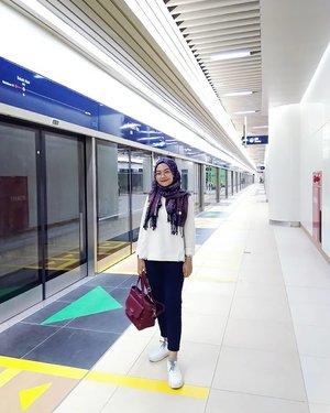 Look at my happy face🥰Pertama kali naik MRT tahun 2013 pas ke Taipei, disitu berasa banget timpangnya karena pada saat itu di Indonesia bahkan KRLnya masih ada KRL ekonomi yg super semrawut😭Trus tahun-tahun berikutnya ke negara tetangga, Bangkok, KL, SG semua udah ada MRT atau sejenisnya yang super reliable dan super nyaman. Makanya pas proyek MRT di Jakarta ini sudah dimulai dan selesai I'm super excited sekaligus terharu karena akhirnya Jakarta juga punya😭Sekarang infrastruktur sudah ada, hal yang nggak kalah penting adalah mengubah/menciptakan budaya masyarakat menjadi tertib saat menggunakan MRT. Sesimpel kalau mau naik harus antri teratur di garis yg sudah ada, mendahulukan yang turun, nggak makan/membuang sampah di dalam kereta, dan hal lain yang bisa membuat perjalanan menggunakan MRT jadi lebih nyaman untuk diri sendiri dan orang lain.Kalau masih suka serobot antrian, mau naik kereta pintunya dikepung kayak mau tawuran, dorong-dorongan, buang sampah sembarangan, ya kita susah untuk maju bersama menjadi masyarakat yang lebih baik.Tapi aku percaya kita semua bisa menjadi lebih baik, perlahan-lahan😊#mrtjakarta #mrtjkt #jakarta #jakartaindonesia #spreadhappiness #happyface #sancaystravel #clozetteid #ootd