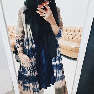 Jump into the trend of tie dye🙂💙 Nemu tunik punya mama terus dijadiin outer aja soalnya lucuuu . . . . #tiedye #tiedyefashion #clozetteid #socobeautynetwork #hijabersbeautybvlogger #hijabstyle #hijabfashion #ootdhijab #ootdstyle #hijabindo #hijaboftheday #ootd