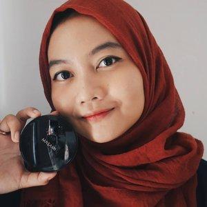 Rekomendasi BB Cushion terbaru niiih guys! @masamishouko baru aja launching produk terbarunya, Love Skin BB Cushion.Selain packaginya yg elegan, BB Cushion ini lengkap banget kandungannya, ada collagen, niacinamide dan hyaluronic acid. Jadinya pake 3 in 1, makeup sekaligus skincare, trus udh ada kandungan sunscreen SPF 50+ PA++++ juga💯Ini aku pake shade NW2 Soft Beige. Hasilnya baguus bgt, flawless dan natural. Kmrn pas aku coba, transfer ke masker juga cuma sedikiiitt. Mantuls👌Aku udh review full di blog kuu, bisa langsung klik linknya di bio yaaa!#LoveSkinHappySkin #masami #masamishouko #bbcushion #makeupaddict #makeupnatural #reviewmakeup #clozetteid #startwithSBN #femaledailynetwork #cchannelbeautyid #tampilcantik #indobeautygram