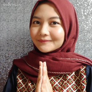 Make up lebaran anti touch up!Pakai dua produk andalanku, studio tropik priming water yang bagus untuk nahan minyak dan ngejaga makeup buat stay in place. Ada juga lipcream yang gak akan luntur, Maybelline superstay matte ink. Ga usah khawatir lipstiknya ilang pas lagi makan opor ayam sama ketupat 😂Sisanya produk yang aku pake itu yang memang aku suka dan sehari-hari aku pake juga. Detail produknya ada di video ya!Hope u enjoy the video😊❤️ ...Music by @jasonssuwito.#makeuplebaran #makeuptutorial #lebaran2019 #lebaranlook #idulfitri2019 #makeupnatural #tampilcantik #clozetteid #cchannelbeautyid #beautygoersid #indobeautygram #tutorialmudah #maybellinesuperstaylover #wardahinstaperfect #studiotropikprimingwater #altheakorea