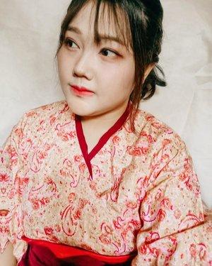 Hakama (袴) adalah pakaian luar tradisional Jepang yang dipakai untuk menutupi pinggang sampai mata kaki. Biasanya hanya dipakai oleh pria namun mulai dipakai okeh wanita. Tradisi mahasiswi mengenakan furisode dan hakama ketika diwisuda merupakan peninggalan zaman Meiji.Ketika itu, perempuan mulai diizinkan bersekolah, dan mereka mengenakan kimono sewaktu pergi ke sekolah. Ketika duduk di kursi, bagian bawah kimono menjadi tidak rapi. Kementerian Pendidikan Jepang sewaktu mendirikan sekolah putri, menetapkan setelan kimono dan hakama yang dulunya hanya dipakai pria, sebagai seragam untuk murid perempuan dan guru wanita