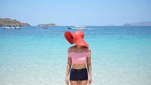 Good morning from the Pink Beach in Komodo Island, Flores.Here, you can easily see how #WonderfulIndonesiais.Swimwear - TwentyForTeenHat - ZaraCamera: @fujifilm_id #XT1Lens: FX 23mm f/1.4#GoFujiFilm #fujifilm_id #ClozetteID #OOTDindo #OOTD