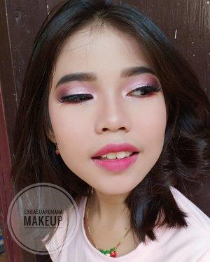 Kak main dandan dandanan yuk. Ayok dah mumpung safa bobo hehe. Taaarrrrraaaaa hasilnya gini 😁😝 . primer : @makeoverid corrective base makeup foundi : @catrice.cosmetics All matt plus shine control makeup eyebrow : @fanbocosmetics @minisoindo  eyeshadow : @focallurebeauty  Highlighter : @sleekmakeup solstice palette Lipstick : @zap_beauty lip matte  Info makeup:  WA 082260592599 ID Line : syifasuardhana  #makeupartist #makeuppesta #makeup #engagementring #engagementmakeup #mua #muajakarta #prewedding #clozetteid #makeupwisuda #partymakeup #wakeupandmakeup #hudabeauty #bloggerindonesia #beautyblogger