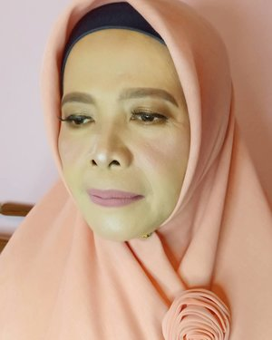 Request si mama klien ingin tampil lebih muda, hmm challenge, siap mama tarrrraaaaa 😍.Info makeup : 082260592599#bridesmaids #makeupartist #makeuppesta #makeup #engagementring #wisuda #wedding #amongtamu #makeuptutorial #makeupwisuda #makeupoftheday #engagementmakeup #mua #muajakarta #prewedding #clozetteid #wakeupandmakeup #hudabeauty #bloggerindonesia #beautyblogger #beforeafter #before #after #jakarta #depok #jabodetabek